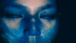 3D mapping украшает лицо девушки