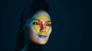 Удивительный видеомэппинг на лице девушки