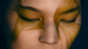 Видеомэппинг украшает лицо девушки
