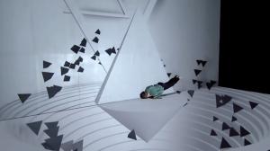 Необычный танец и видеомэппинг вопреки законам физики